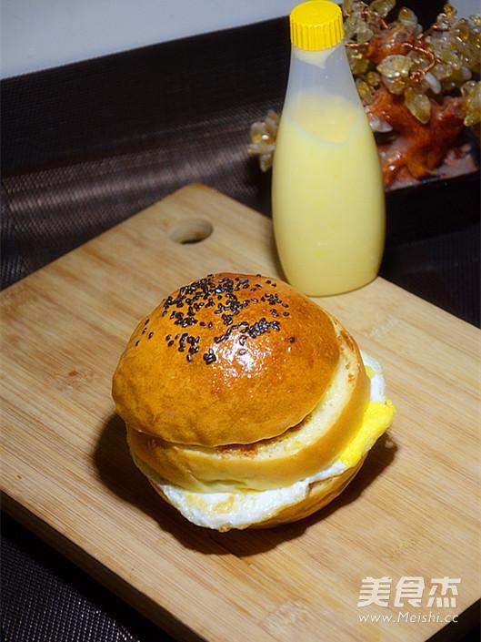 鸡蛋肉松汉堡成品图