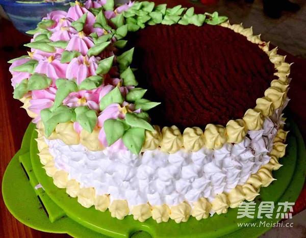 放入蛋糕盒里,给朋友过生日   铺上另外一层蛋糕坯,蛋糕表面抹好蛋糕,侧壁裱花,上面撒上可可粉   按照个人喜好裱花,很随意的图片