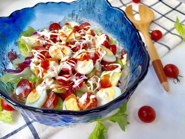 鹌鹑蛋果蔬沙拉成品图