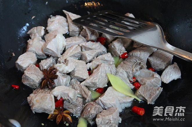老坛酸菜牛肉风味酱拌面怎么吃