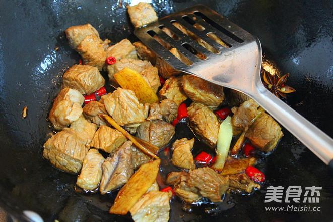 老坛酸菜牛肉风味酱拌面怎么做