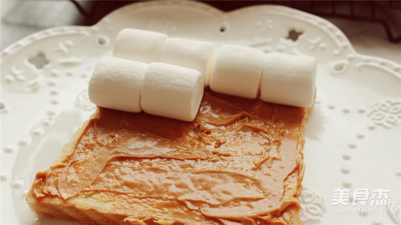 烤棉花糖厚吐司,不小心把天空的云彩咬掉了。的简单做法