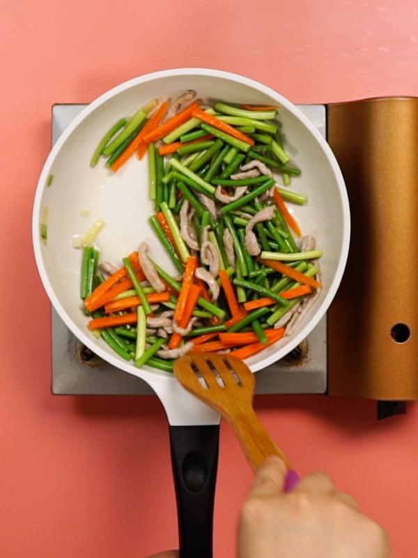 胡萝卜蒜苔炒肉丝的简单做法