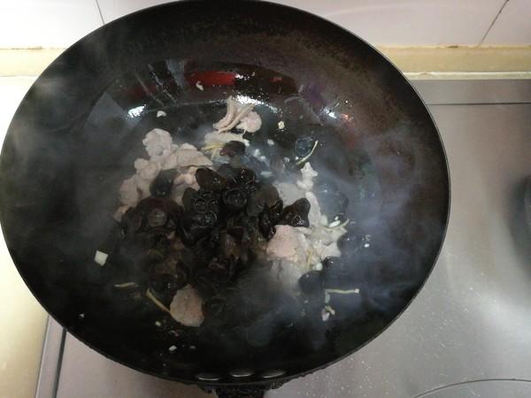 青豆木耳炒肉的简单做法