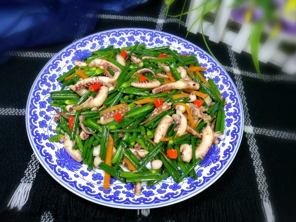 韭菜苔炒鱿鱼成品图