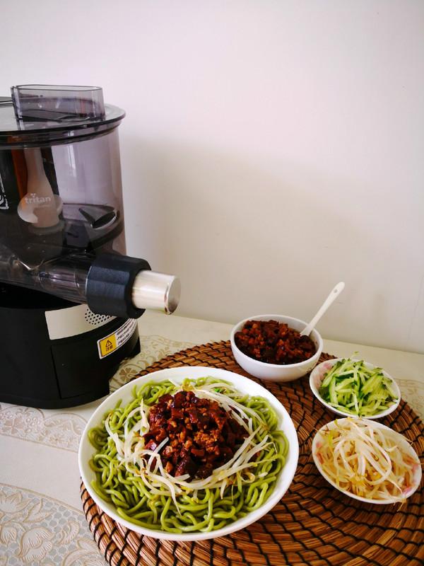香菇肉酱菠菜面成品图
