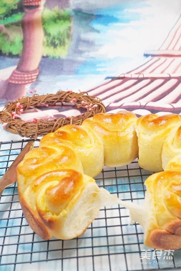 奶黄花环面包成品图