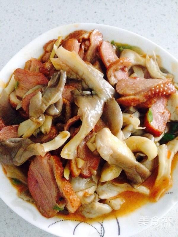 酸辣平菇炒熏鹅肉成品图
