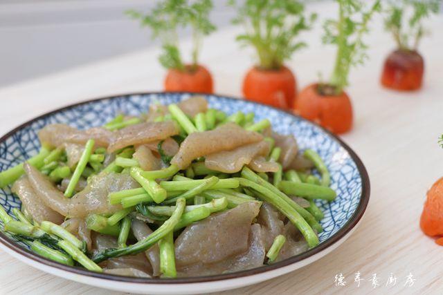 藜蒿炒魔芋豆腐成品图