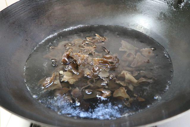 傣味酸笋炒木耳的做法图解