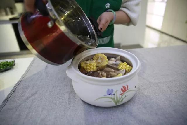 冬季养生-玉米猪骨汤怎么吃