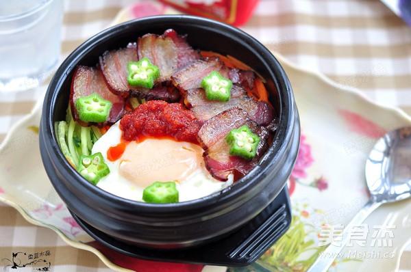 腊肉石锅拌饭成品图