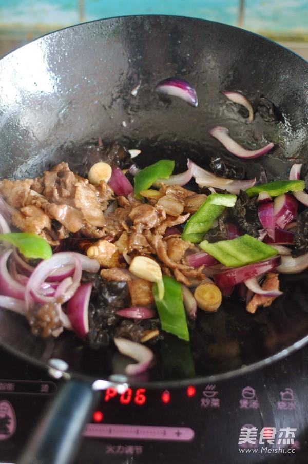 洋葱木耳炒肉怎么做
