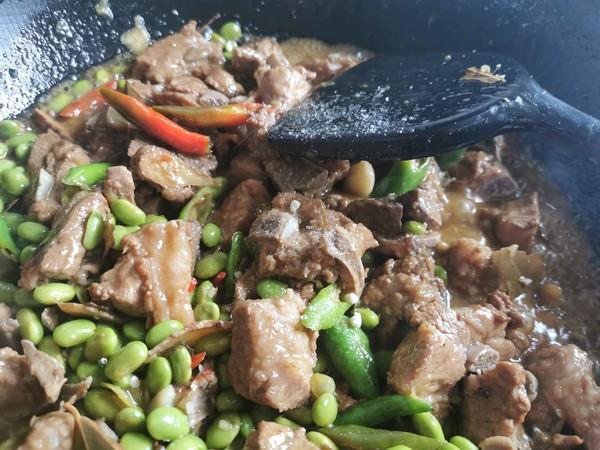 锅边馍馍—排骨烧毛豆的制作