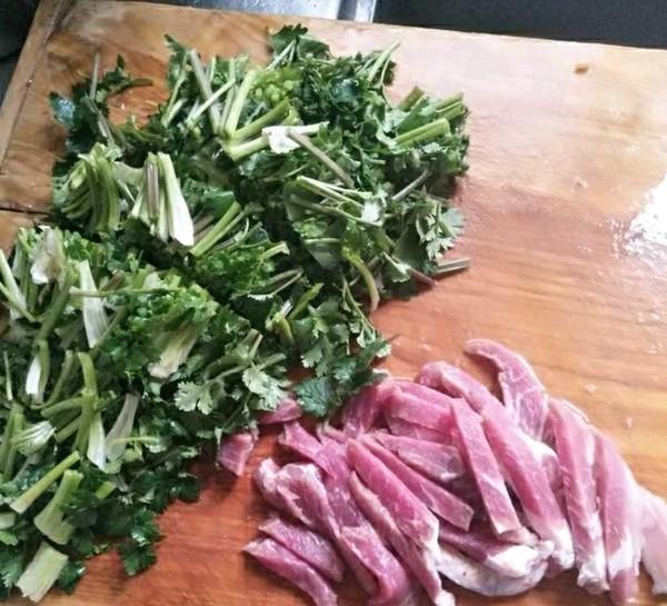 香菜炒肉的家常做法