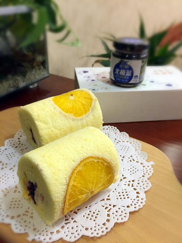 橙香蓝莓蛋糕卷成品图