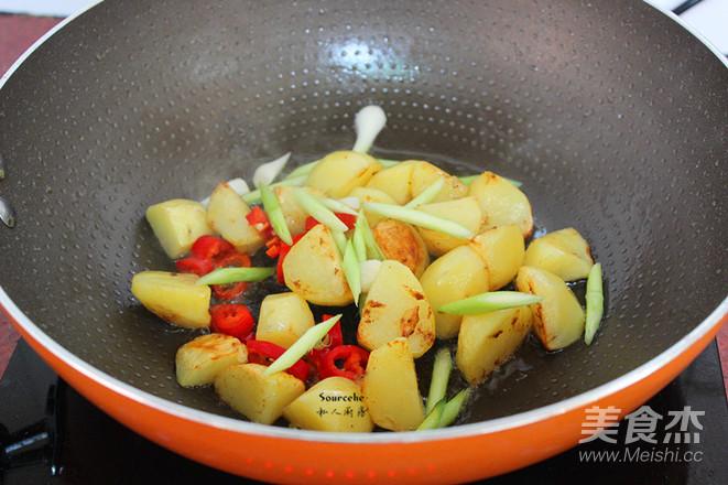 土豆焖鸡腿怎么做